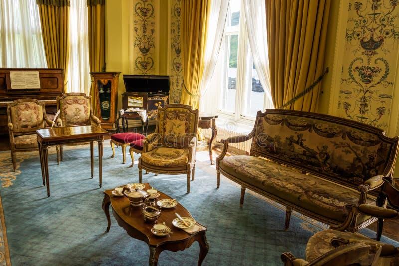 Decoração de Nobel do interior da abadia de Kylemore, da mobília bonita do vintage e da pratas em sair da sala fotografia de stock