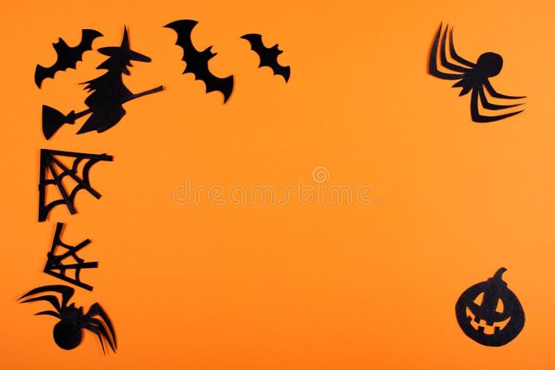 Decoração de papel do Dia das Bruxas no fundo alaranjado imagens de stock