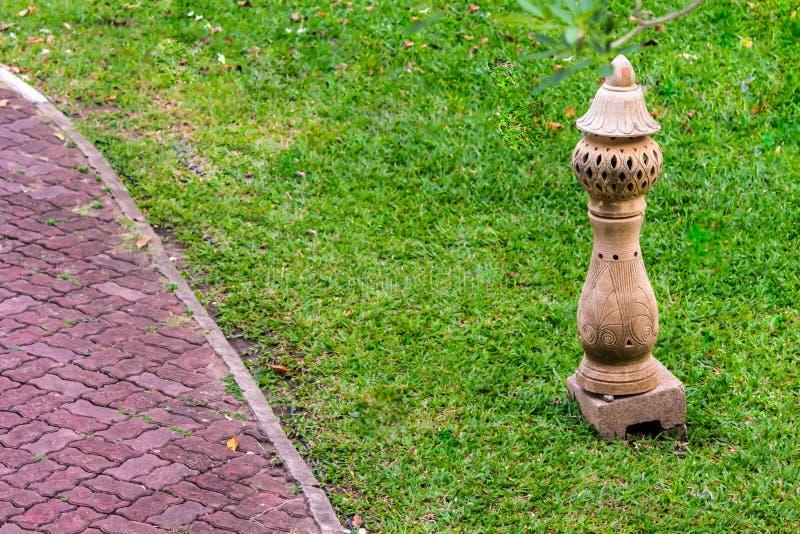 Decoração de pedra cinzelada da lâmpada no jardim foto de stock royalty free