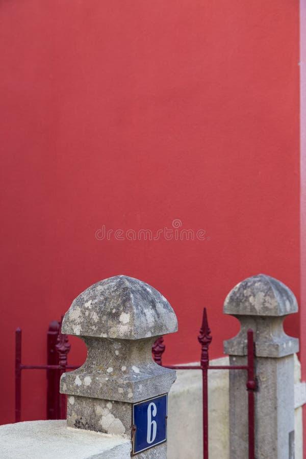 Decoração de pedra na coluna da cerca na parede vermelha imagem de stock