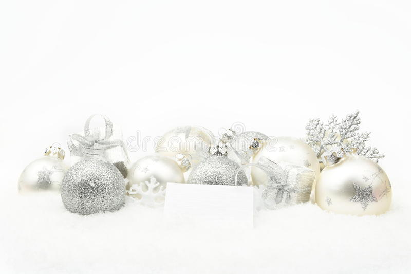Decoração de prata do Natal na neve com cartão dos desejos fotos de stock