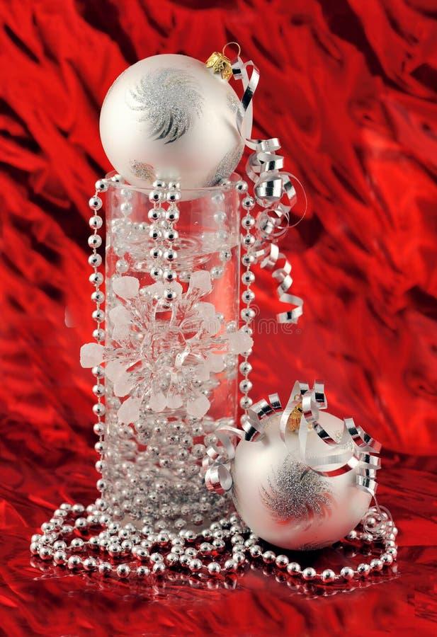 Decoração de prata do Natal no fundo vermelho imagem de stock