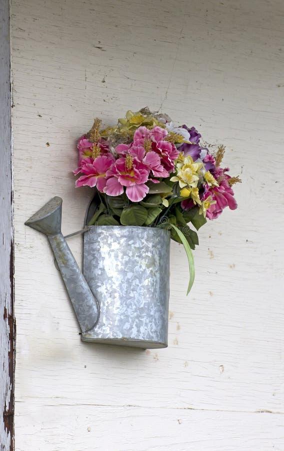 Decoração de Tin Flower Watering Can Wall foto de stock