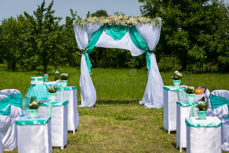 Decoração de uma cerimônia de casamento Uma tabela para uma cerimônia de casamento imagens de stock