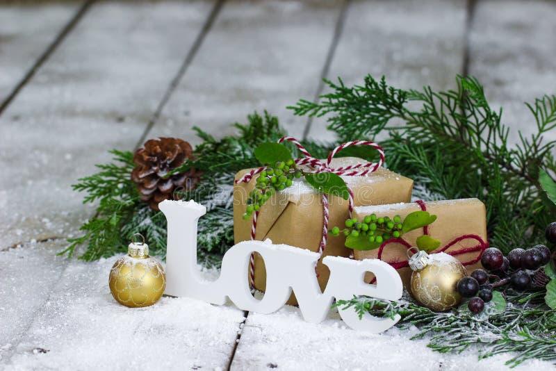 Decoração do amor e do Natal no fundo do inverno fotos de stock