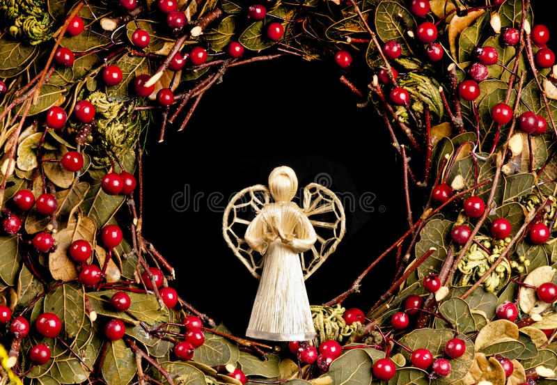 Decoração do anjo do Natal em uma grinalda. imagens de stock royalty free