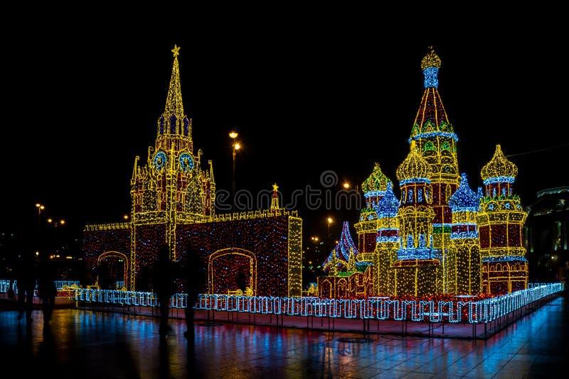 Decoração do ano novo 2018 e do Christmass nas ruas de Moscou imagem de stock royalty free