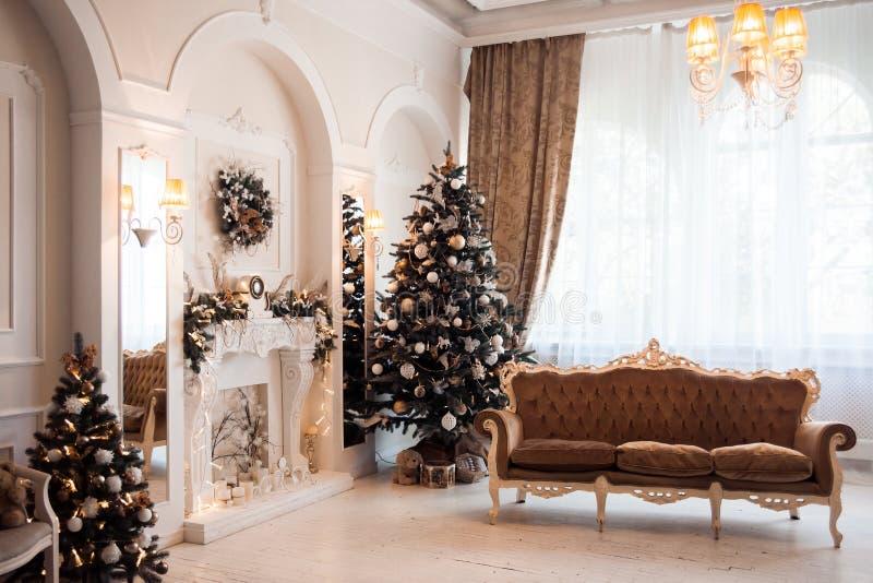 Decoração do ano novo e do Natal do inverno no salão clássico foto de stock