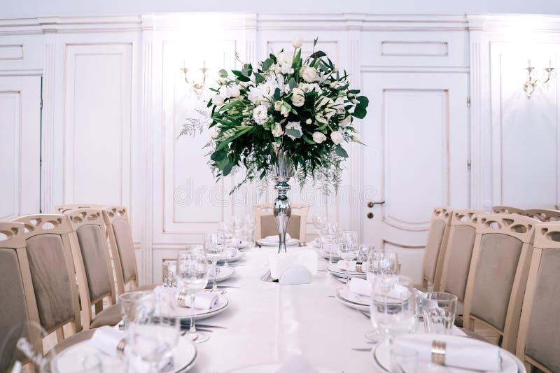 Decoração do casamento, acessórios, orquídeas, eucalipto, um ramalhete em um restaurante, fotografia de stock royalty free