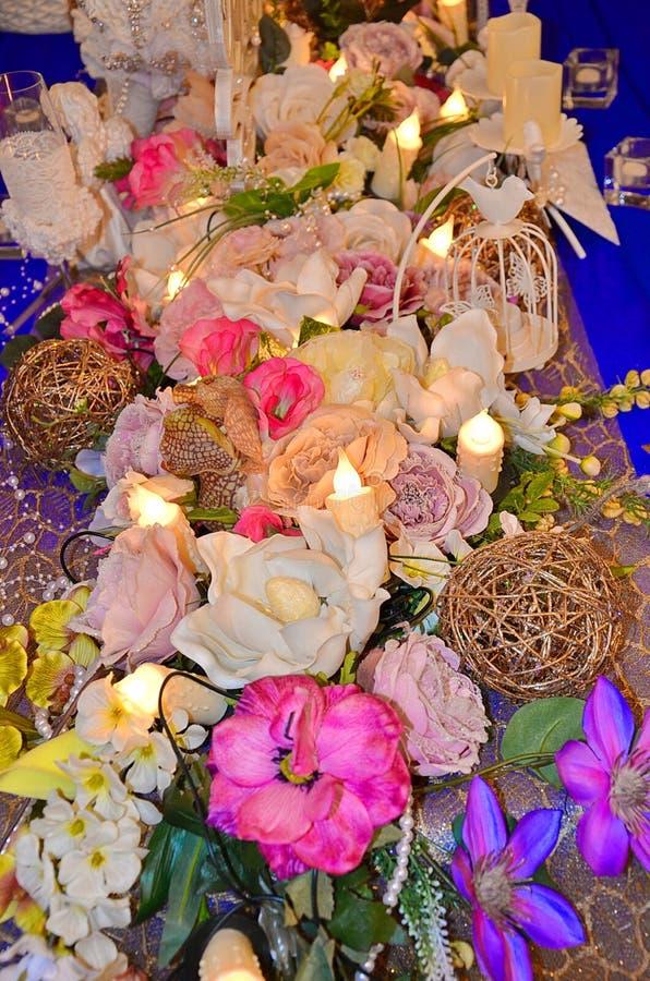 Decoração do casamento, arranjos florais Decorações da cerimônia de casamento foto de stock