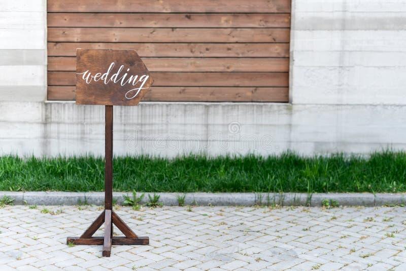 Decoração do casamento Chapa de madeira com a inscrição no casamento da pintura Quadro indicador feito à mão de madeira, decoraçã imagem de stock royalty free