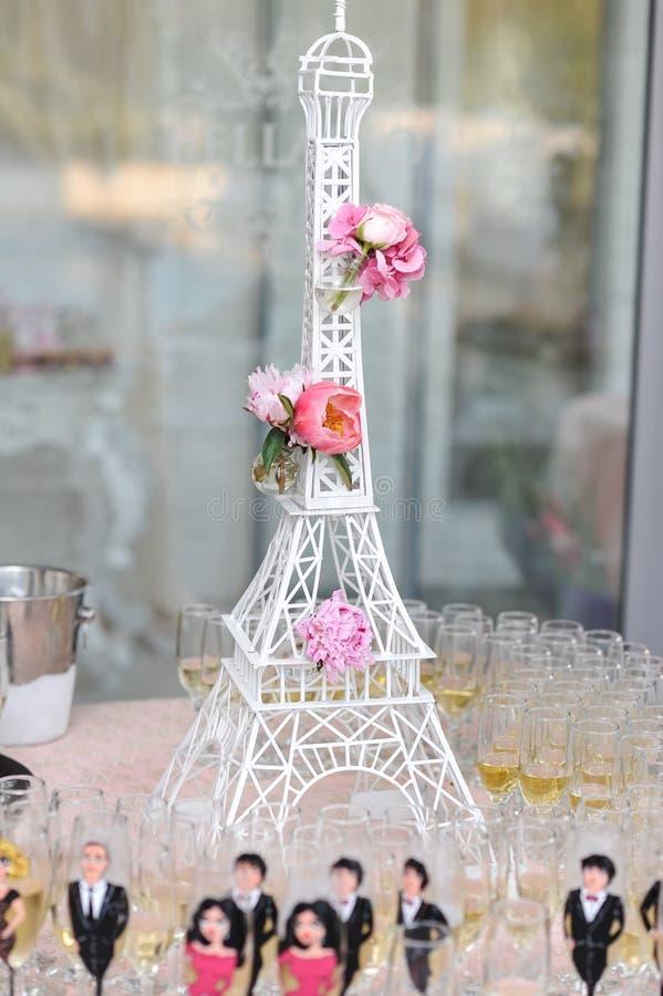 Decoração do casamento com as rosas cor-de-rosa na miniatura da torre Eiffel Arranjo elegante e luxuoso do evento com excursão Ei foto de stock royalty free