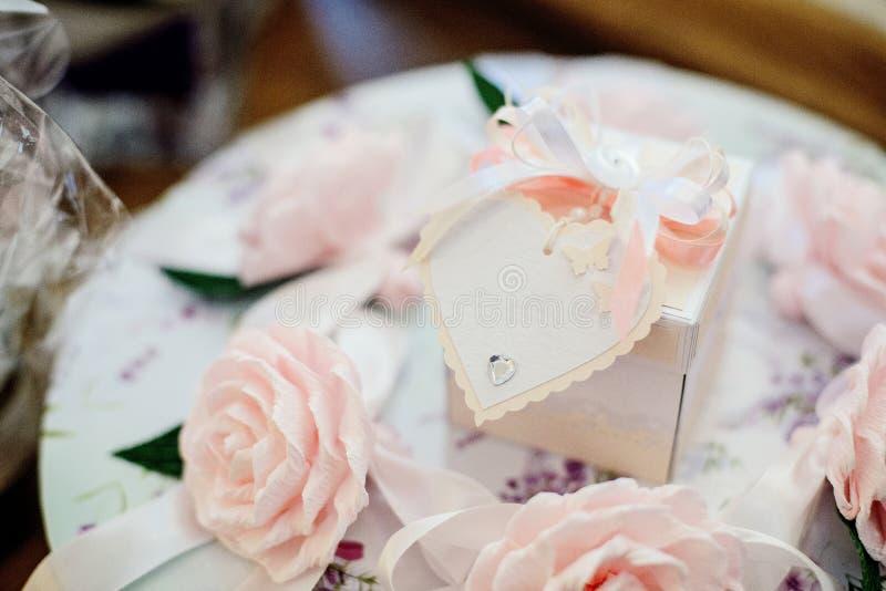 Decoração do casamento com coração branco e as rosas cor-de-rosa imagens de stock royalty free