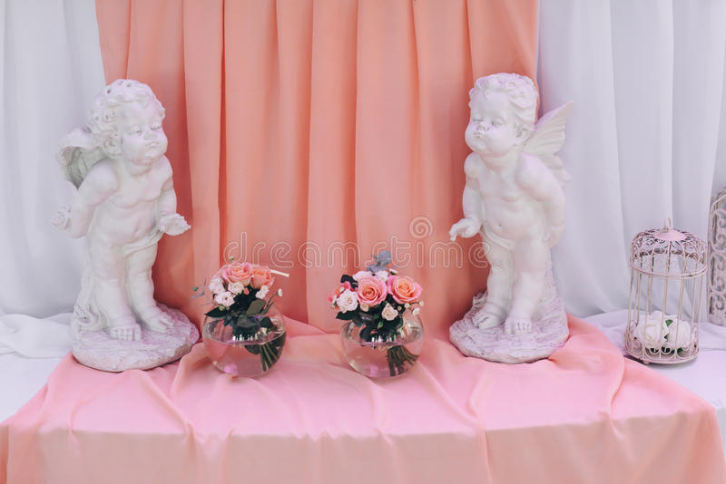 Decoração do casamento com a gaiola na tabela foto de stock