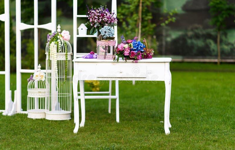 Decoração do casamento do vintage com tabela branca foto de stock royalty free