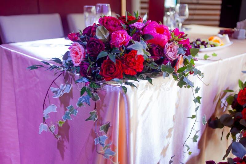 Decoração do casamento Flores vermelhas no restaurante, ajuste da tabela fotografia de stock royalty free