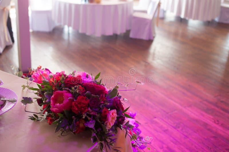 Decoração do casamento Flores vermelhas no restaurante, ajuste da tabela imagens de stock