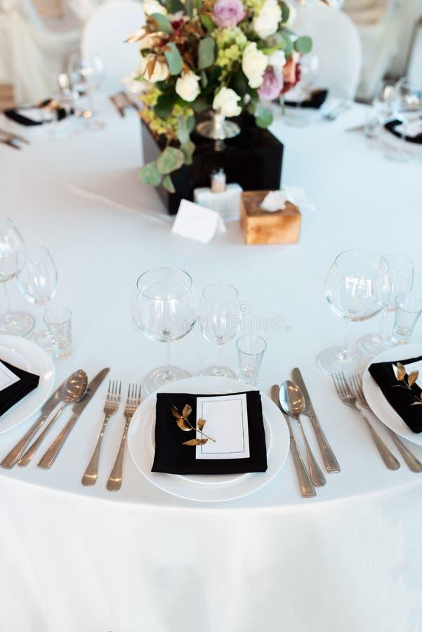Decoração do casamento, interior festive Tabela de banquete Decorações modernas do casamento foto de stock royalty free