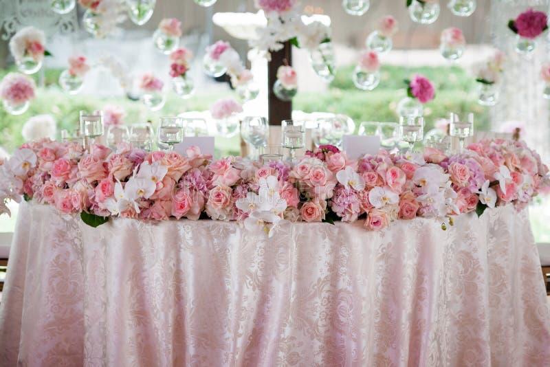 Decoração do casamento no restaurante fotografia de stock royalty free