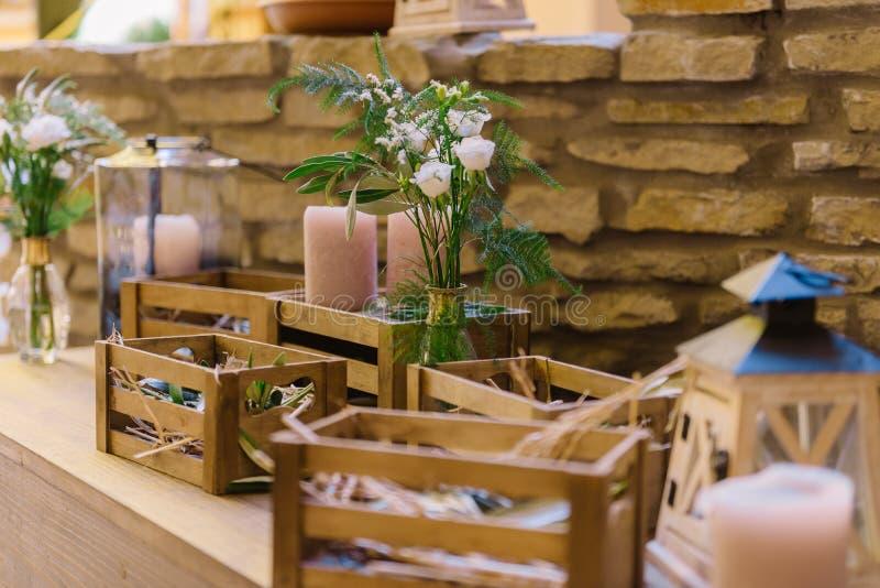 Decoraç u00e3o Do Casamento Do Restaurante Com Caixas De Madeira E Flores No Estilo Rústico Foto -> Decoração De Restaurante Rustico