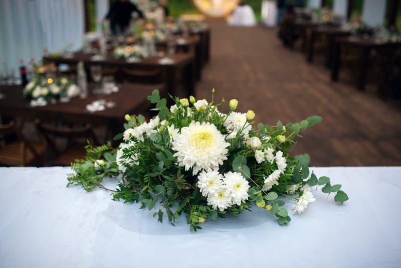 Decoração do casamento Tabela para os recém-casados exteriores Copo de água Arranjo elegante da tabela do casamento, decoração fl imagem de stock