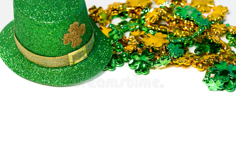 Decoração do dia de Patricks de Saint com um chapéu e os grânulos imagens de stock royalty free