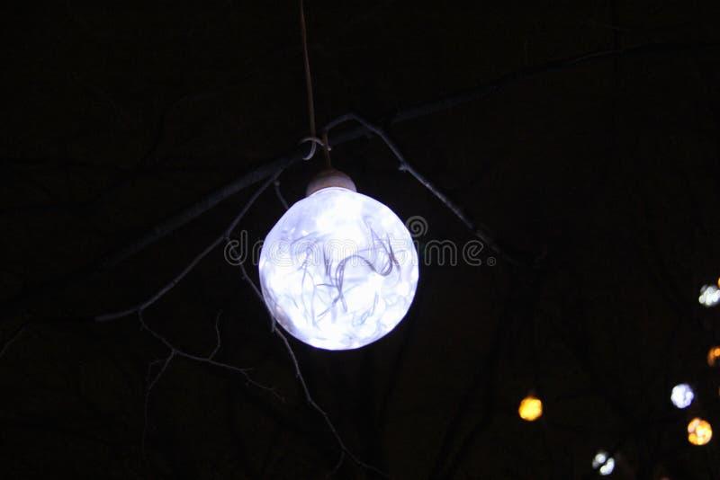 Decoração do feriado do Natal sob a forma de uma bola elétrica fotografia de stock royalty free