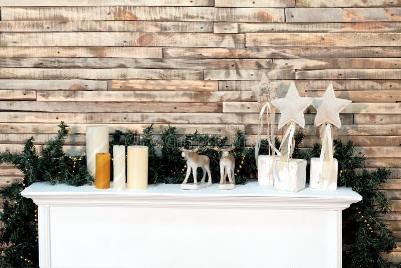 Decoração do fundo do Natal na sala Criativo por ao estilo do ano novo Prateleira branca com figura das velas, das estrelas e dos fotografia de stock royalty free