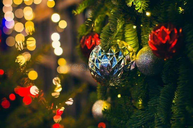 Decoração do grande Natal e do ano novo no bokeh do pinho imagem de stock