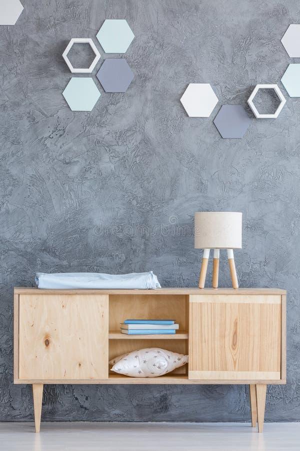Decoração do hexágono acima do armário de madeira imagem de stock