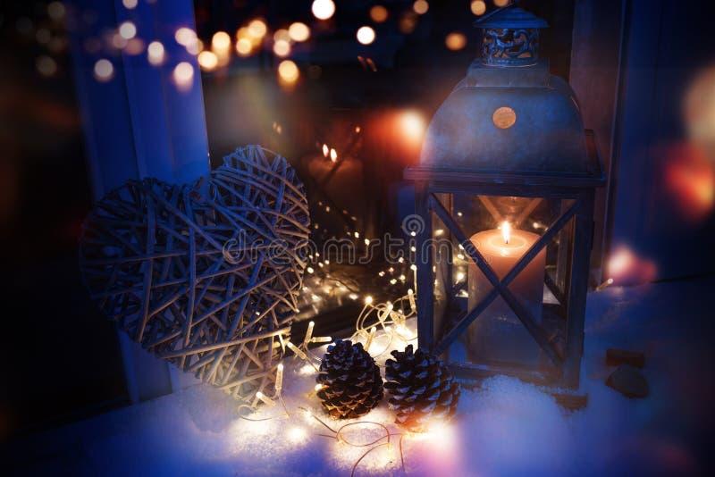 Decoração do inverno na luz azul com bokeh foto de stock royalty free