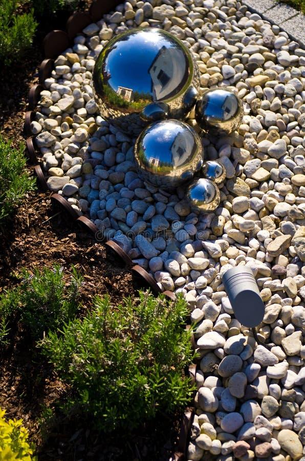 Decoração do jardim com as esferas de prata do espelho foto de stock