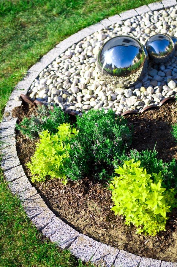 Decoração do jardim com as esferas de prata do espelho foto de stock royalty free