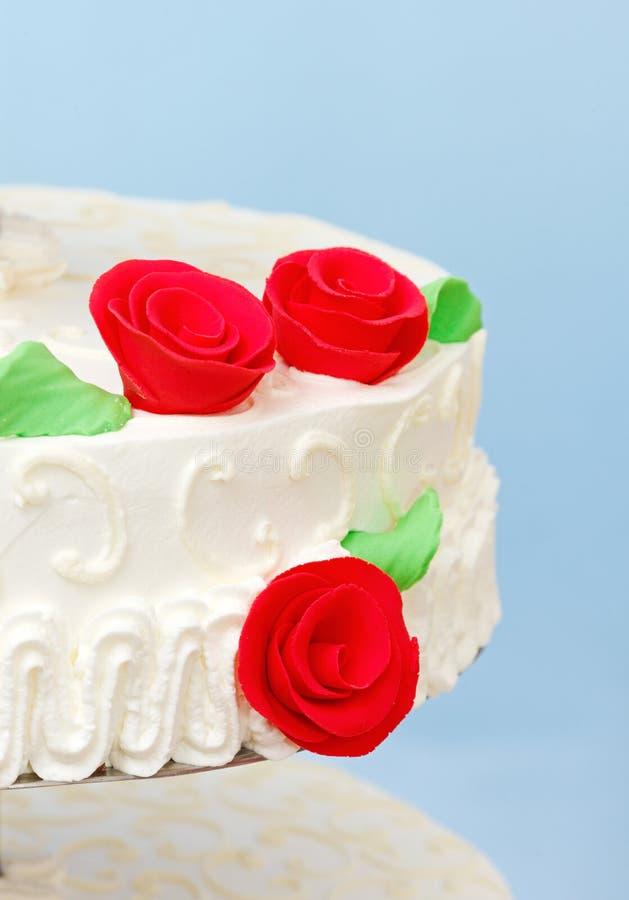 Decoração do maçapão da rosa do vermelho no bolo de casamento foto de stock royalty free