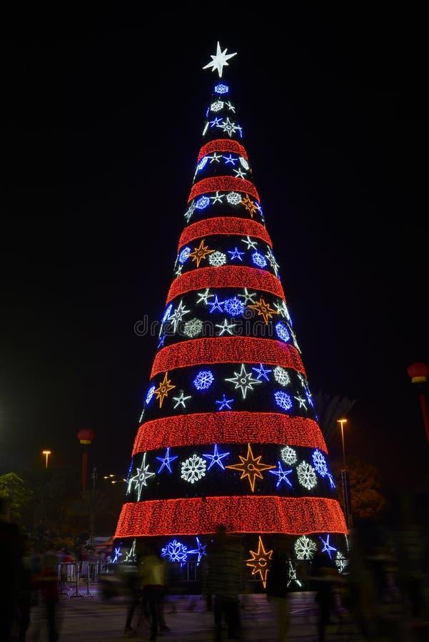 Decoração do Natal, árvore de Natal colorida iluminada por luzes conduzidas, cartão do Natal, fundo do Natal, imagens de stock royalty free