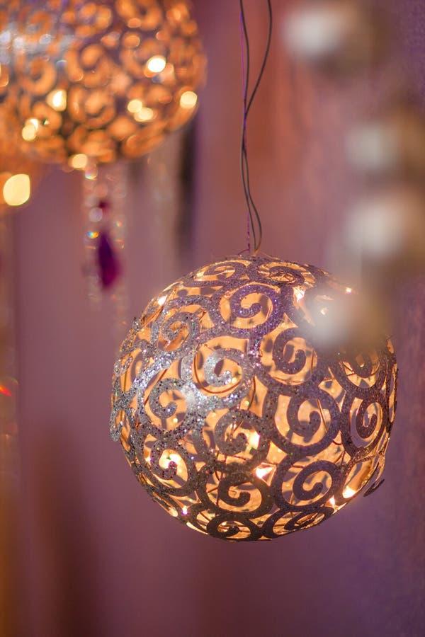Decoração do Natal: bola grande do ouro fotos de stock