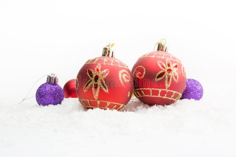 Decoração do Natal com as duas bolas vermelhas na neve imagem de stock royalty free