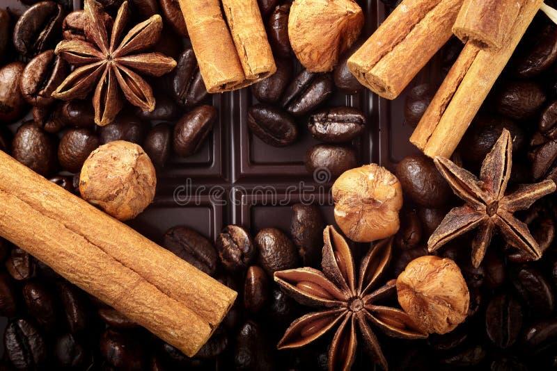 Decoração do Natal com as porcas da canela dos feijões de café do chocolate e anis de estrela escuros e lugar vazio para o texto fotos de stock