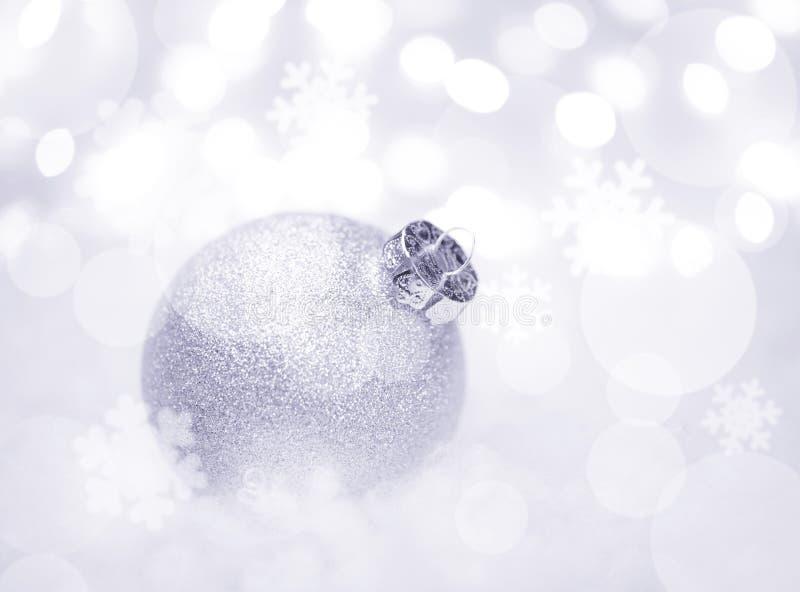 Decoração do Natal com a bola branca na neve no fundo borrado com luzes ano novo feliz 2007 imagem de stock