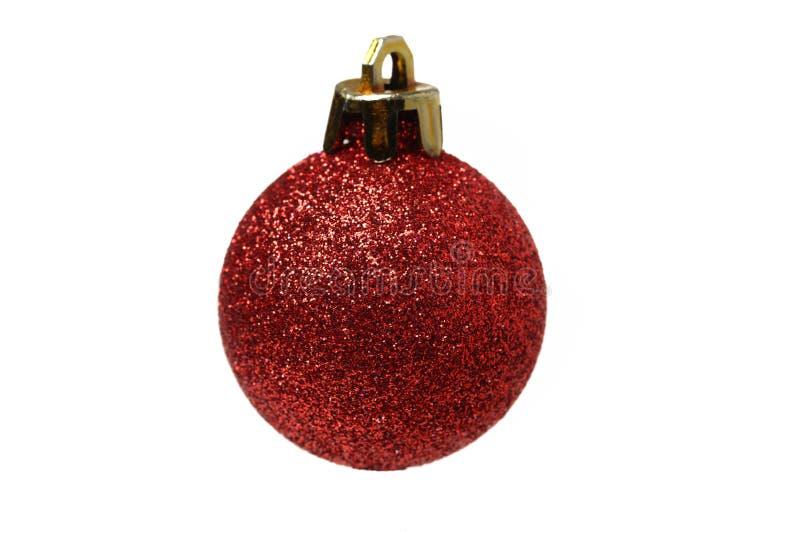 Decoração do Natal com a bola vermelha na neve foto de stock