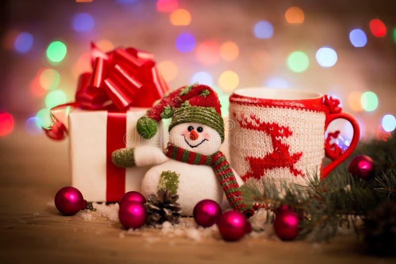 Decoração do Natal com boneco de neve Fundo de madeira imagem de stock