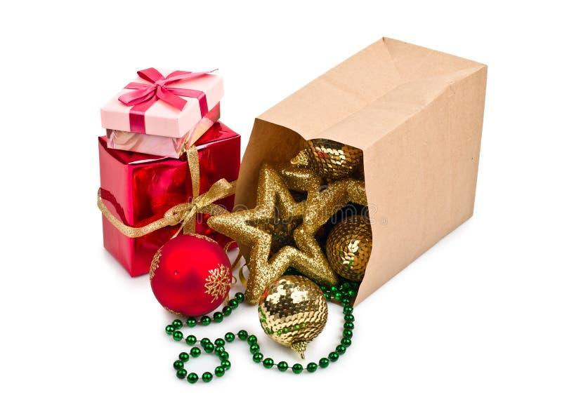 Decoração do Natal com esferas e presente imagens de stock