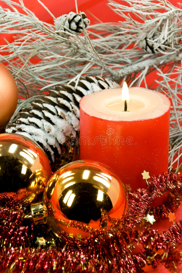 Decoração do Natal com esferas e vela iluminada imagens de stock royalty free