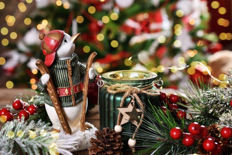 Decoração do Natal com estatueta do pinguim e lanterna da vela fotografia de stock royalty free