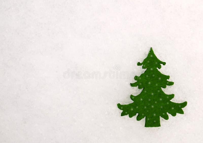 Decoração do Natal com a estatueta verde da árvore de abeto no fundo branco natural da neve fotografia de stock