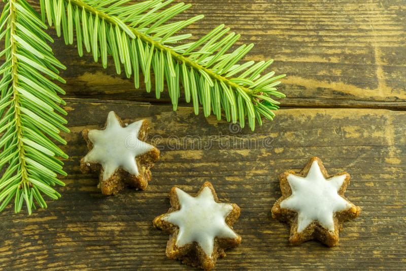 Decoração do Natal com estrelas da canela e galhos de um abeto fotos de stock royalty free