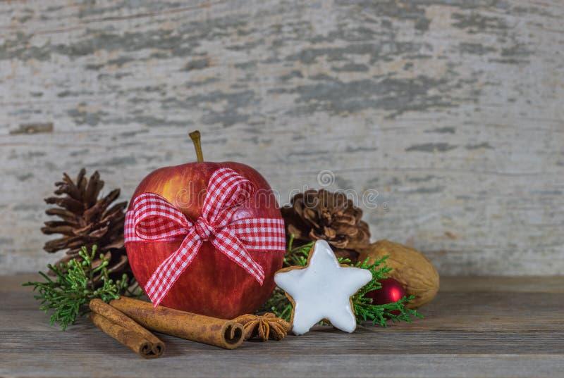 Decoração do Natal com maçã vermelha, cookie da estrela e as especiarias aromáticas foto de stock royalty free