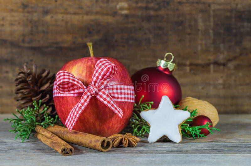 Decoração do Natal com maçã vermelha, cookie da estrela e as especiarias aromáticas fotos de stock