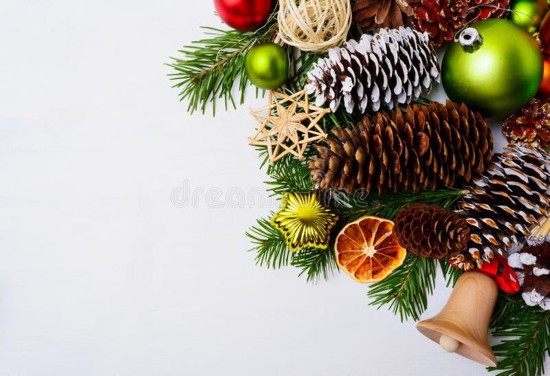 Decoração do Natal com os ornamento de madeira do sino e da palha de tinir fotos de stock royalty free
