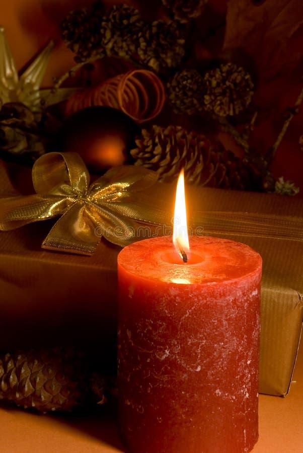 Decoração do Natal com presente, esferas e o c iluminado imagens de stock royalty free